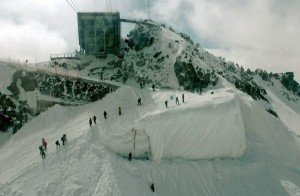 Andermatt's Gurschengletscher lost 20 metres in 15 years, requiring the creation of a snow ramp with a protective blanket